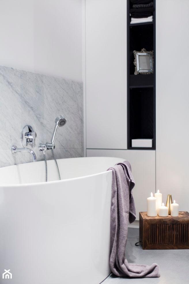 Mieszkanie w kamienicy - Mała biała szara łazienka w bloku w domu jednorodzinnym bez okna - zdjęcie od Mili Młodzi Ludzie - Homebook