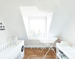 Mieszkanie w szeregowcu - Mały biały pokój dziecka dla niemowlaka - zdjęcie od Mili Młodzi Ludzie