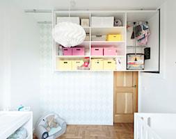 Mieszkanie w szeregowcu - Średni biały miętowy pokój dziecka dla dziewczynki dla niemowlaka dla malucha - zdjęcie od Mili Młodzi Ludzie