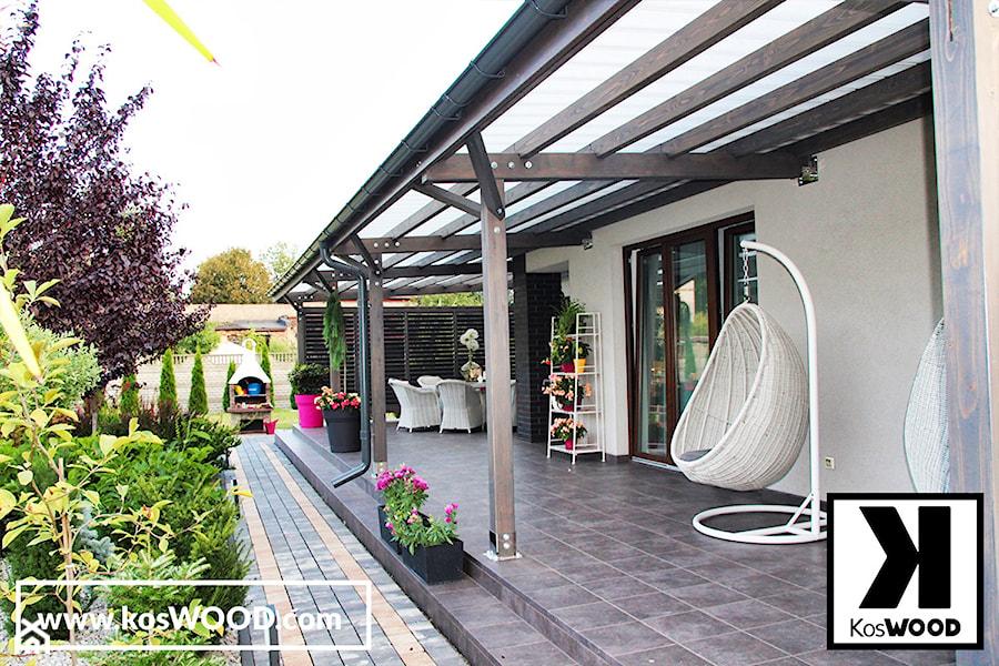 Zadaszenie tarasu na wymiar z zabudową i żaluzjami - Duży taras z tyłu domu - zdjęcie od koswood