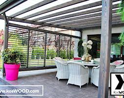 Zadaszenie tarasu na wymiar z zabudową i żaluzjami - Średni taras z tyłu domu - zdjęcie od koswood