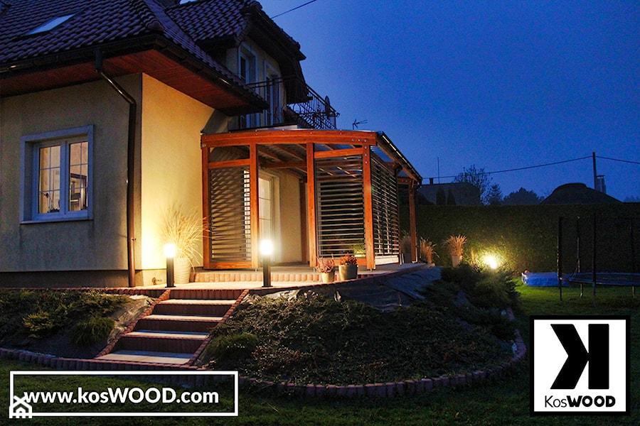 Zadaszenie tarasu z drewna z zabudową z żaluzjami. - zdjęcie od koswood