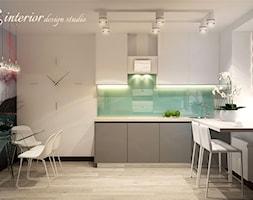 Your home's design is a creative expression of who you are. - Średnia biała zielona kuchnia w kształcie litery l z oknem - zdjęcie od tz_interior