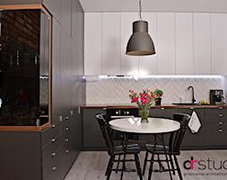 jodełka w kuchni, płytki w jodełkę, kuchnia grafitowa, kuchnia nowoczesna, projekt kuchni - zdjęcie od DR-STUDIO