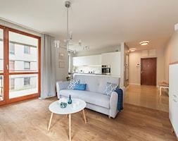 Obrzeźna FLIP - Średni szary beżowy salon z kuchnią z tarasem / balkonem - zdjęcie od Fotownętrza - Homebook