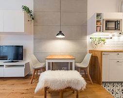 Apartament w Wilanowie - Średni szary salon z kuchnią z jadalnią, styl skandynawski - zdjęcie od Fotownętrza - Homebook