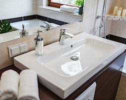 Obrzeźna FLIP - Mała szara łazienka w bloku w domu jednorodzinnym z oknem, styl nowoczesny - zdjęcie od Fotownętrza - Homebook