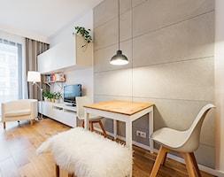 Apartament w Wilanowie - Średni szary biały salon z jadalnią, styl skandynawski - zdjęcie od Fotownętrza