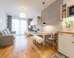 Apartament w Wilanowie - Średni biały salon z kuchnią z jadalnią z tarasem / balkonem, styl skandyn ... - zdjęcie od Fotownętrza - Homebook