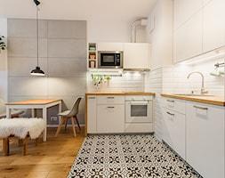 Apartament w Wilanowie - Średnia otwarta biała szara kuchnia w kształcie litery l w aneksie, styl s ... - zdjęcie od Fotownętrza - Homebook