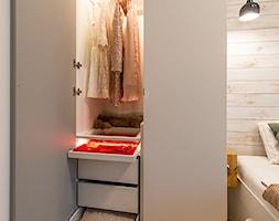 Apartament w Wilanowie - Mała garderoba przy sypialni, styl skandynawski - zdjęcie od Fotownętrza