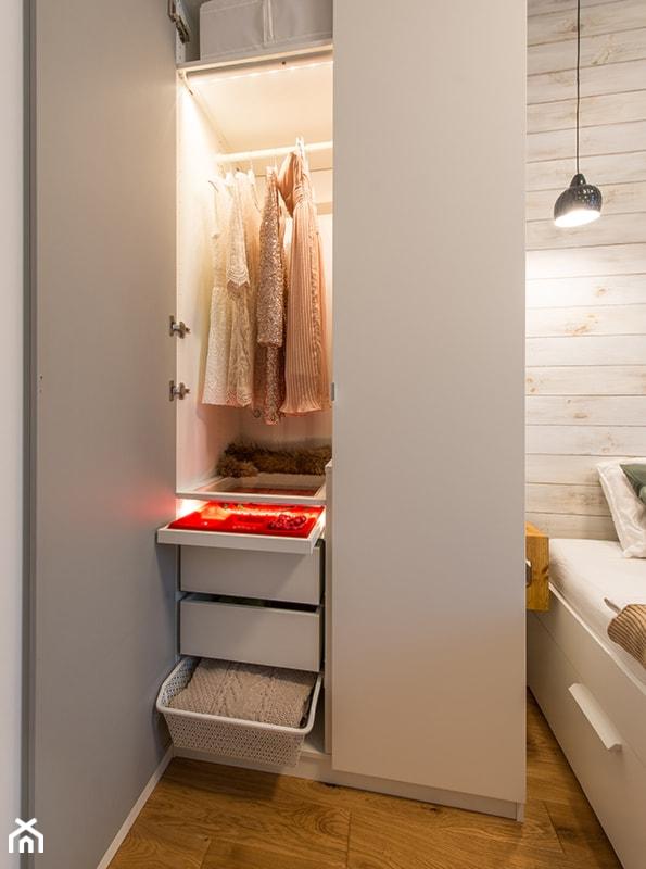 Aranżacje wnętrz - Garderoba: Apartament w Wilanowie - Mała garderoba przy sypialni, styl skandynawski - Fotownętrza. Przeglądaj, dodawaj i zapisuj najlepsze zdjęcia, pomysły i inspiracje designerskie. W bazie mamy już prawie milion fotografii!