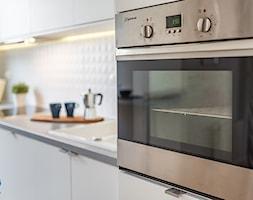 Obrzeźna FLIP - Średnia zamknięta szara kuchnia jednorzędowa - zdjęcie od Fotownętrza - Homebook