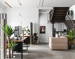 STUDIO761 - Duże białe biuro domowe kącik do pracy w pokoju - zdjęcie od STUDIO761