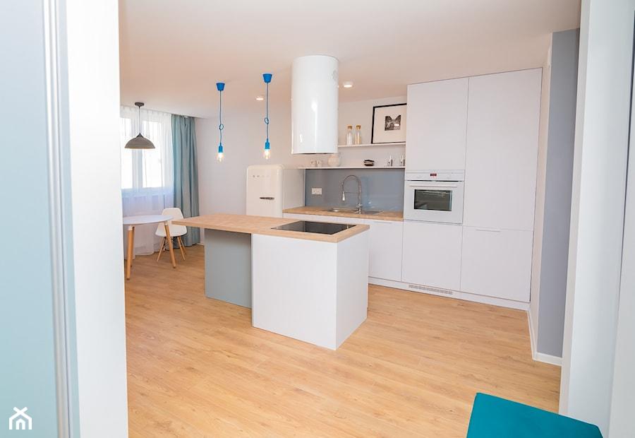 46m2 mieszkanie w bloku - Duża otwarta biała szara kuchnia dwurzędowa w aneksie z wyspą z oknem, styl skandynawski - zdjęcie od Grant Studio