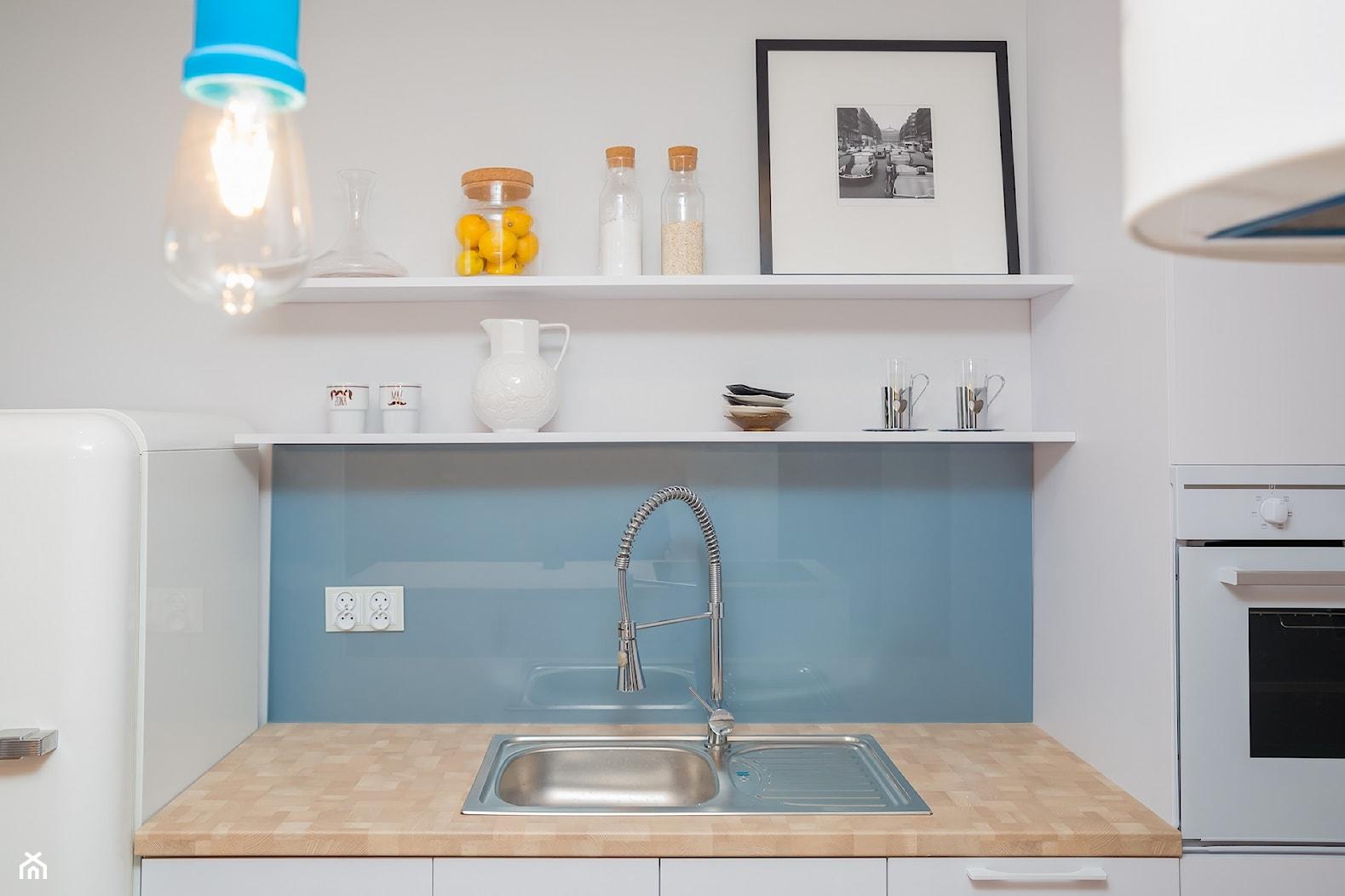 46m2 mieszkanie w bloku - Mała otwarta biała niebieska kuchnia jednorzędowa w aneksie, styl skandynawski - zdjęcie od Grant Studio - Homebook