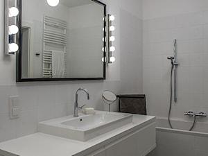 Średnia biała łazienka w bloku w domu jednorodzinnym bez okna, styl nowoczesny - zdjęcie od Joanna Korczyńska Fotografia Wnetrz