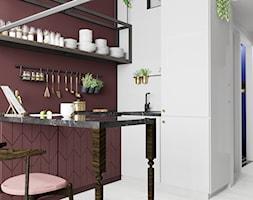 Apartament eklektyczny MINIMAXY - Mała otwarta biała fioletowa kuchnia w kształcie litery u, styl eklektyczny - zdjęcie od M2 Architektura Marta Szolczewska
