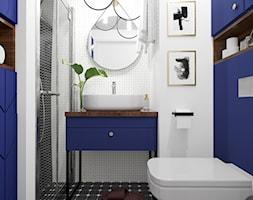 Apartament eklektyczny MINIMAXY - Mała biała niebieska łazienka bez okna, styl eklektyczny - zdjęcie od M2 Architektura Marta Szolczewska - Homebook