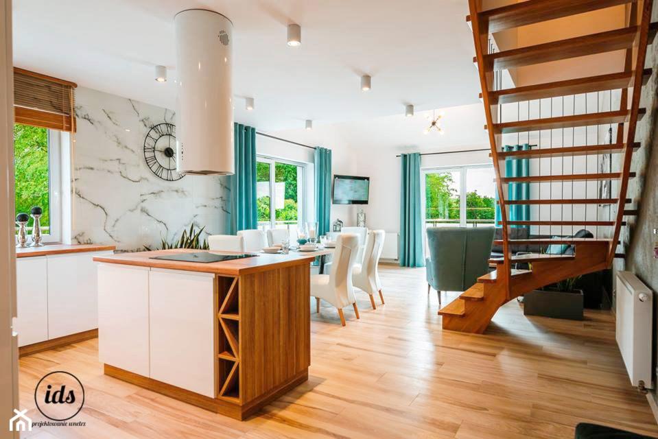 Dwukondygnacyjny apartament nad morzem 95m2 - Duży biały salon z kuchnią z jadalnią, styl nowoczesn ... - zdjęcie od IDS projektowanie wnętrz - Homebook