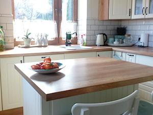 Średnia otwarta beżowa kuchnia w kształcie litery l w aneksie z wyspą z oknem, styl prowansalski - zdjęcie od Katarzyna Machowska