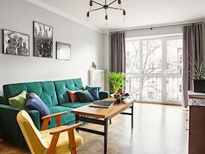 Salon z zieloną sofą - zdjęcie od CudnieBosko