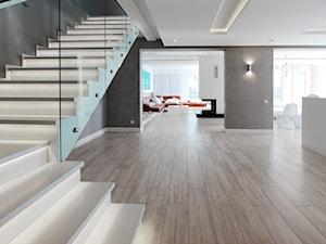 REALIZACJA PAJECZNO - Duże wąskie schody dwubiegowe drewniane, styl minimalistyczny - zdjęcie od Otwarte Studio Sztuka