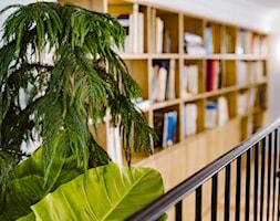 Biblioteczka na antresoli w apartamencie - zdjęcie od Maciej Nowakowski Fotografia Wnętrz - Homebook