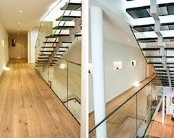 Średnie wąskie schody dwubiegowe drewniane - zdjęcie od Biuro projektowe NOWAforma - Homebook