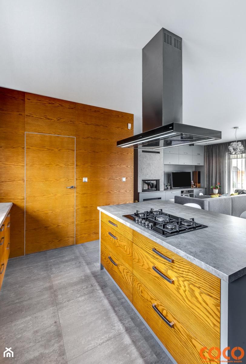 Aranżacje wnętrz - Kuchnia: Dom w szarościach - COCO Pracownia projektowania wnętrz. Przeglądaj, dodawaj i zapisuj najlepsze zdjęcia, pomysły i inspiracje designerskie. W bazie mamy już prawie milion fotografii!