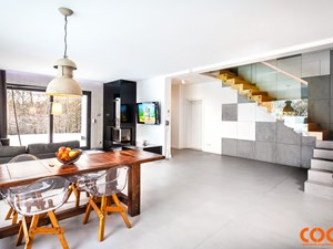 Dom - Średnie wąskie schody dwubiegowe drewniane betonowe, styl nowoczesny - zdjęcie od COCO Pracownia projektowania wnętrz