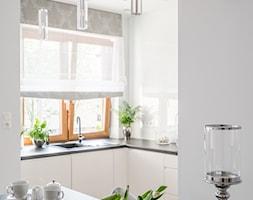 I WSZYSTKO JASNE - Średnia otwarta biała kuchnia w kształcie litery l w aneksie z oknem, styl włoski - zdjęcie od Przestrzen Pracownia architektury wnetrz Krystyna Sabada