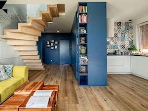 LOFTOVE LOVE - Mały szary niebieski salon z kuchnią, styl industrialny - zdjęcie od Przestrzen Pracownia architektury wnetrz Krystyna Sabada