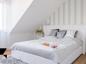I WSZYSTKO JASNE - Mała biała szara sypialnia małżeńska na poddaszu, styl włoski - zdjęcie od Przestrzen Pracownia architektury wnetrz Krystyna Sabada