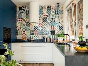 LOFTOVE LOVE - Średnia otwarta biała niebieska kuchnia w kształcie litery u z oknem, styl industrialny - zdjęcie od Przestrzen Pracownia architektury wnetrz Krystyna Sabada