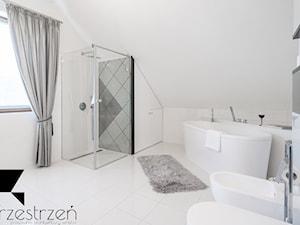 I WSZYSTKO JASNE - Średnia szara łazienka na poddaszu w domu jednorodzinnym z oknem, styl włoski - zdjęcie od Przestrzen Pracownia architektury wnetrz Krystyna Sabada