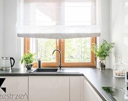 I WSZYSTKO JASNE - Mała zamknięta biała kuchnia w kształcie litery l z oknem, styl włoski - zdjęcie od Przestrzen Pracownia architektury wnetrz Krystyna Sabada