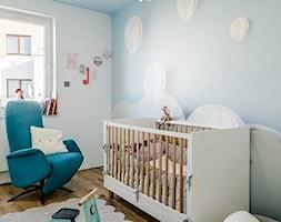 LOFTOVE LOVE - Mały biały niebieski pokój dziecka dla chłopca dla malucha, styl nowoczesny - zdjęcie od Przestrzen Pracownia architektury wnetrz Krystyna Sabada