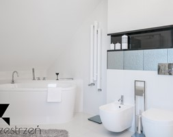 I WSZYSTKO JASNE - Średnia biała szara łazienka w bloku w domu jednorodzinnym bez okna, styl włoski - zdjęcie od Przestrzen Pracownia architektury wnetrz Krystyna Sabada