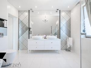 I WSZYSTKO JASNE - Średnia biała szara łazienka w bloku w domu jednorodzinnym z oknem, styl włoski - zdjęcie od Przestrzen Pracownia architektury wnetrz Krystyna Sabada