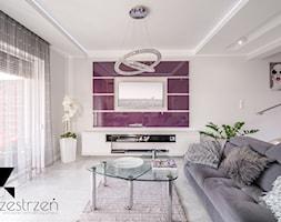 NOWA ONA - Średni biały fioletowy salon z tarasem / balkonem, styl glamour - zdjęcie od Przestrzen Pracownia architektury wnetrz Krystyna Sabada
