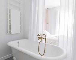 Mieszkanie na warszawskim Żoliborzu - Mała szara łazienka w bloku w domu jednorodzinnym z oknem, styl skandynawski - zdjęcie od Dash Interiors
