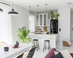 Mieszkanie na warszawskim Żoliborzu - Mała otwarta szara kuchnia dwurzędowa w aneksie z oknem, styl skandynawski - zdjęcie od Dash Interiors