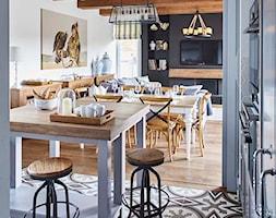 Dom na Mazurach - Średnia otwarta biała czarna jadalnia w kuchni w salonie, styl rustykalny - zdjęcie od BBHome