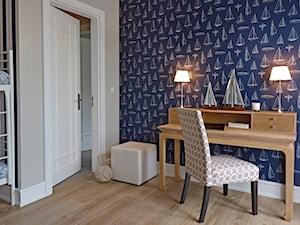 Dom na Mazurach - Średni beżowy niebieski pokój dziecka dla chłopca dla rodzeństwa dla malucha, styl nowojorski - zdjęcie od bbhome.pl