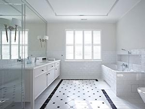 Duża biała łazienka z oknem, styl minimalistyczny - zdjęcie od BBHome