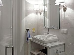 Dom na Mazurach - Mała biała szara łazienka w bloku bez okna, styl nowojorski - zdjęcie od BBHome