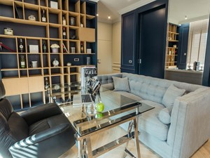 Mieszkanie w Trójmieście - Średnie beżowe niebieskie białe biuro domowe w pokoju, styl nowojorski - zdjęcie od BBHome