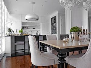 Apartament w Warszawie - Średnia otwarta biała jadalnia w salonie, styl nowojorski - zdjęcie od bbhome.pl