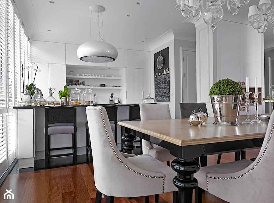 Apartament w Warszawie - Średnia otwarta biała jadalnia w salonie, styl nowojorski - zdjęcie od BBHome